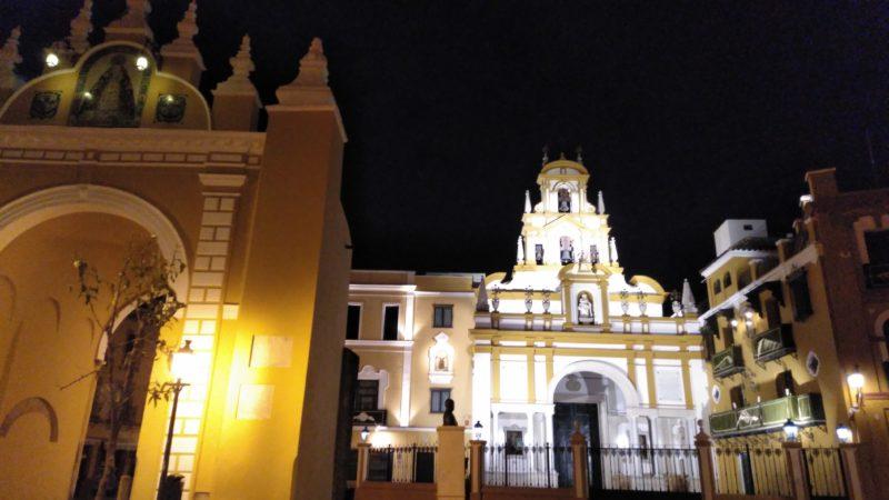 La Macarena junto a la Catedral
