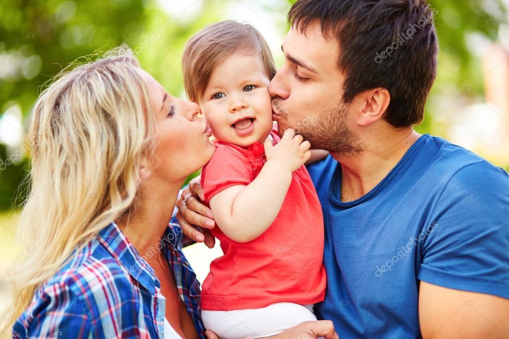 Uno de cada tres padres y madres españoles considera que dedica poco tiempo a sus hijos entre semana, según un estudio